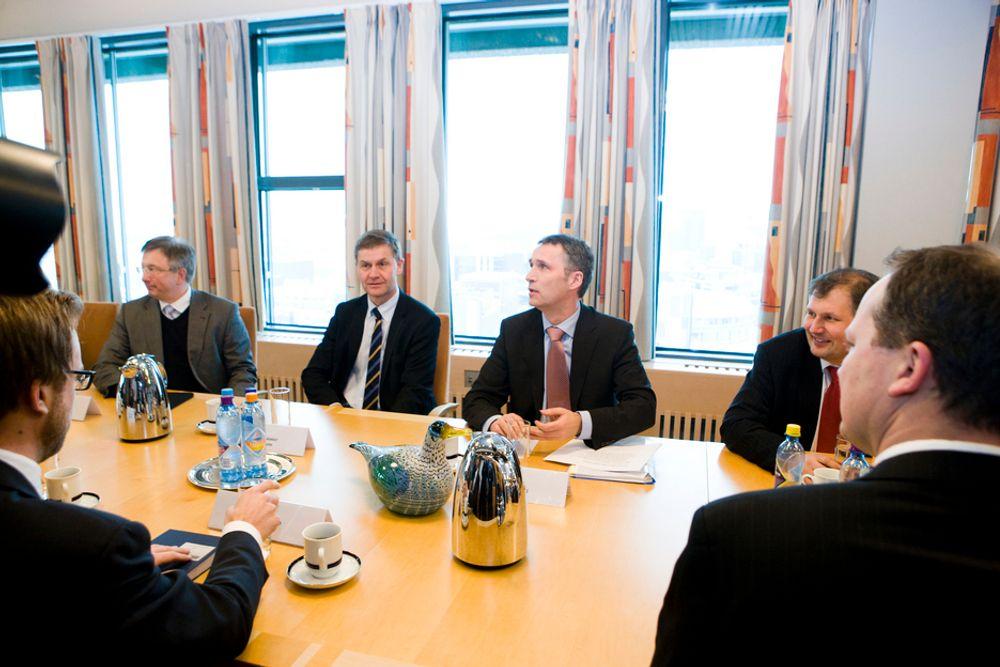 Fremskrittspartiets Ketil Solvik-Olsen (til høyre med ryggen til) og Høyres Nicolai Astrup (til venstre med ryggen til) ber om gode rammebetingelser for kommersiell kraftutbygging. Og de er fornøyde med utenlandstilkoblingene.