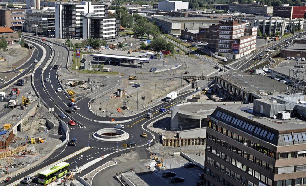 Fram til 12. juli gikk trafikken på Østre Aker vei ut av bildet til venstre for rundkjøringen. Nå går omkjøringsvegen gjennom rundkjøringen og fortsetter bortover Ulvenveien til høyre.