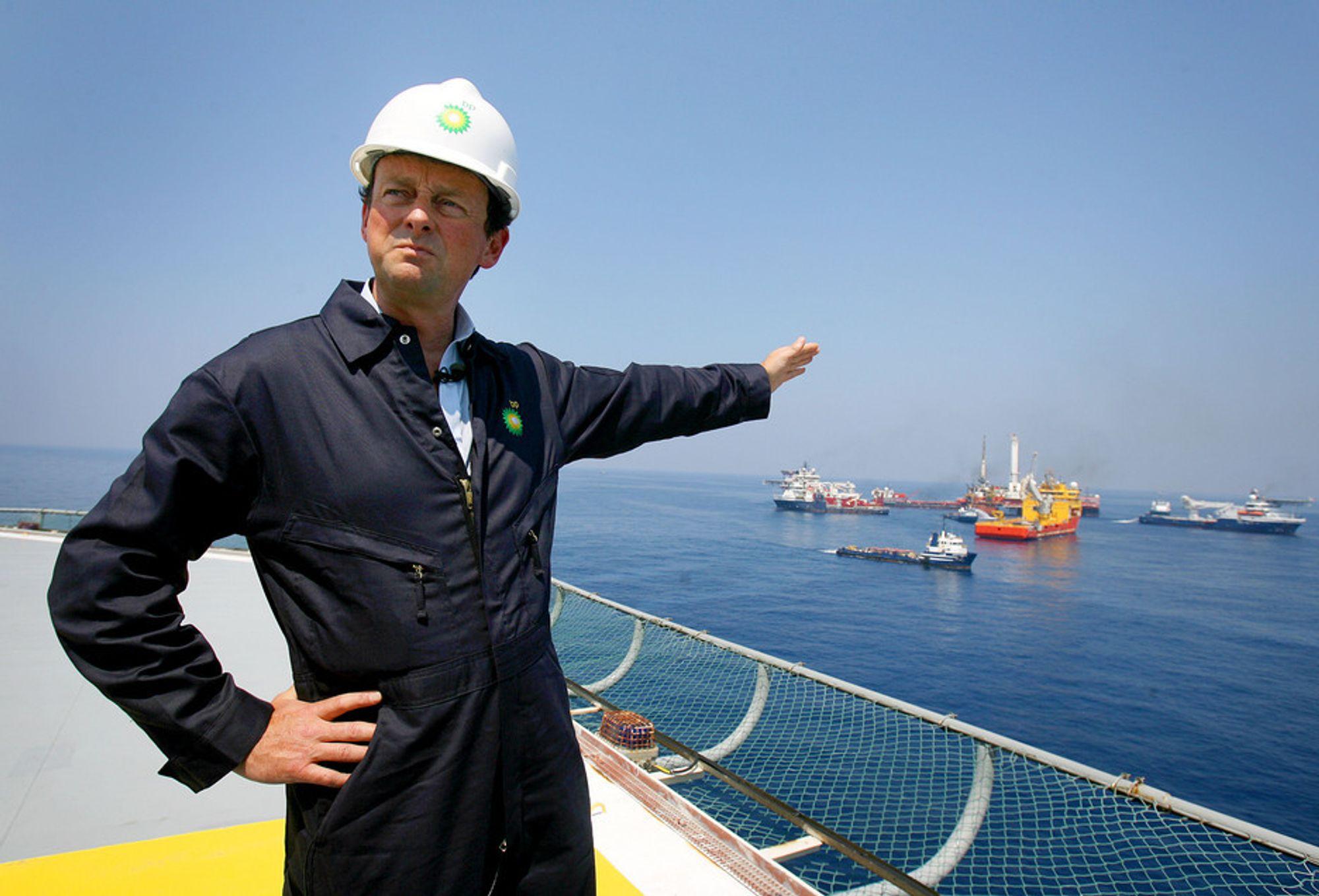 Oljeselskapet BP greier nå å fange opp 10.000 fat olje i døgnet fra den store lekkasjen i Mexicogolfen, sier selskapets direktør Tony Hayward.