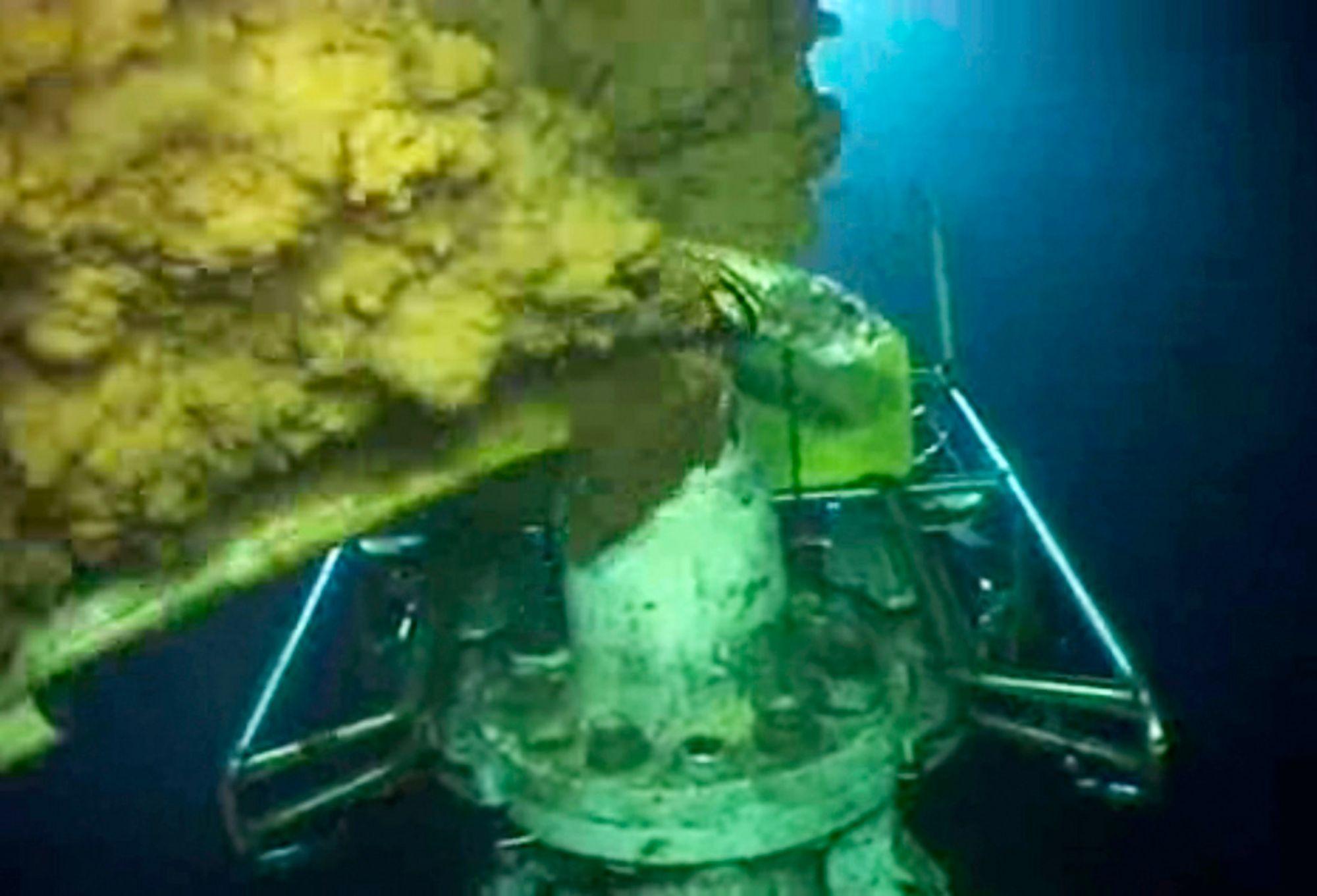 Olje strømmer ut idet teknikere forsøker å gjennomføre en operasjon på den lekkende oljebrønnen i Mexicogolfen.