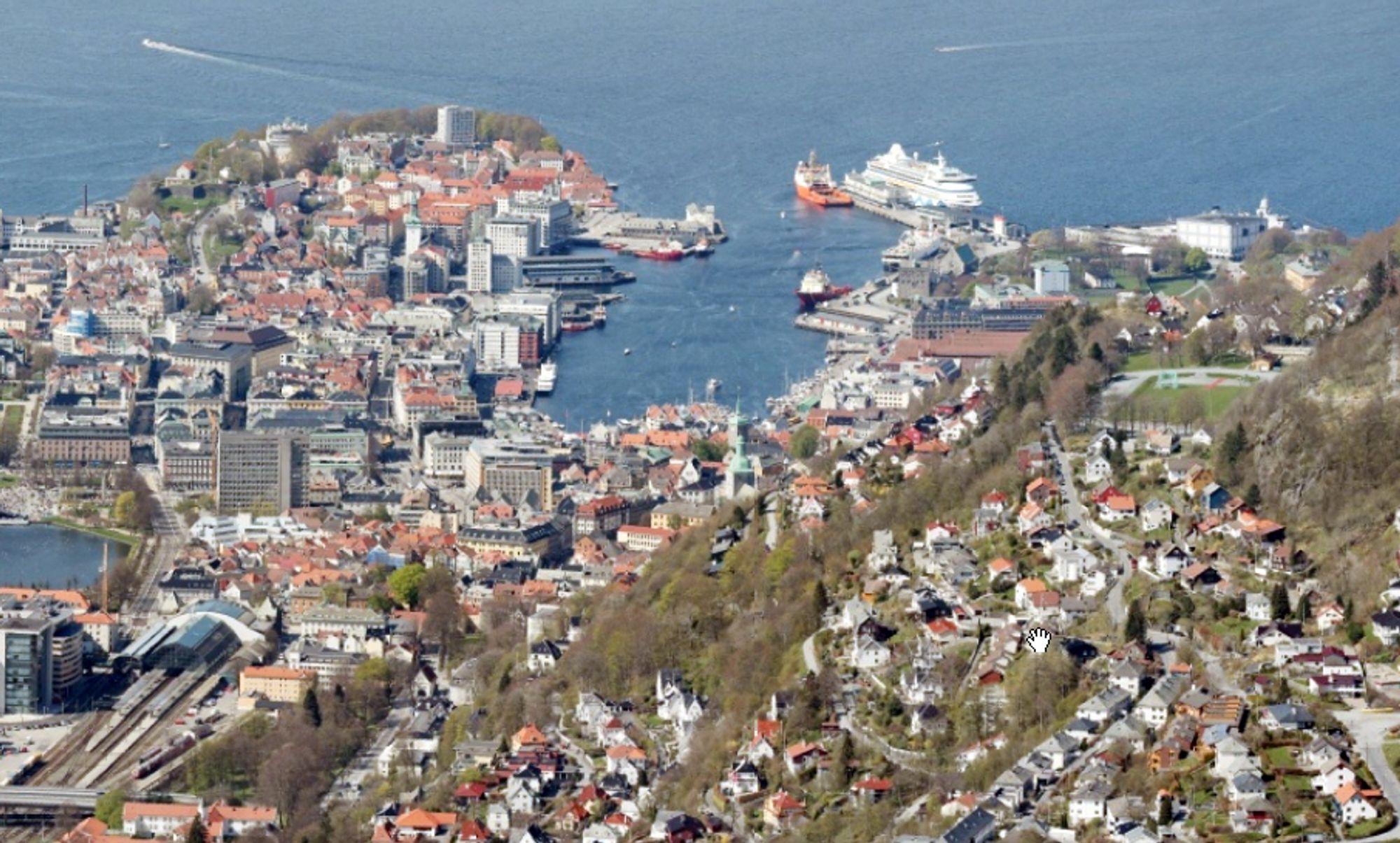 FARE FOR KOLLAPS: De fire husene som er evakuert ligger rett bak Bryggen i Bergen.