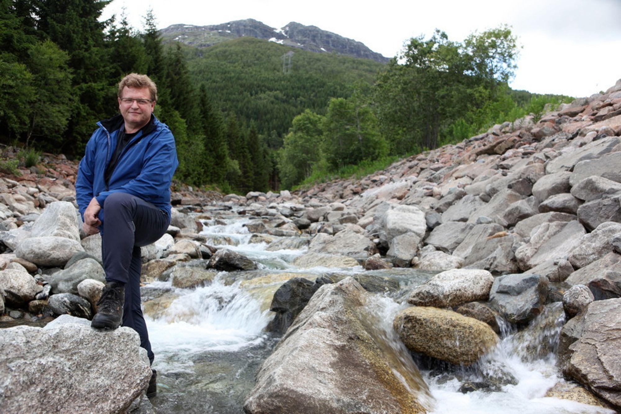 ØDELEGGER IDYLLEN: Geir Botnen har trådd sine barnesko i Botnen ved Røldalsvatnet, og vil ikke at idyllen skal bli ødelagt av kraftutbygging.