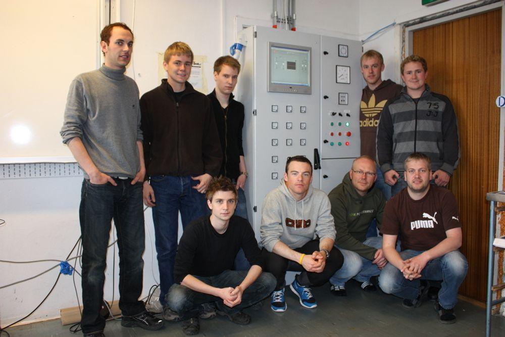 Studenter fra Trondheim Tekniske Fagskole har laget et minikraftverk.Fra venstre (stående): Robert Edvardsen, Ole Kristian Brønstad, Einar Langholm, Torstein Næss, Kristoffer Kleiven.Fra venstre(sittende): Tom Rismark, Lars E. Heggvik, Ole Bergfald, Øyvind Nerdal