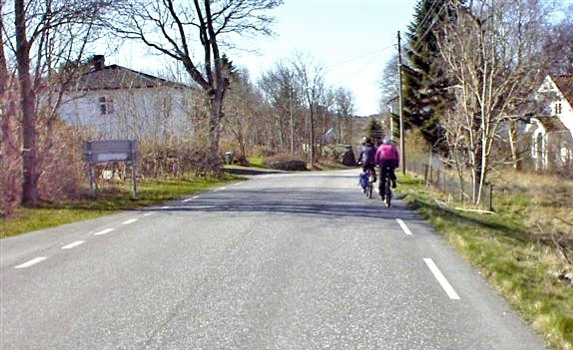 Å sykle langs fylkesveg 308 er ikke særlig fristende. Om to år blir forholdene mye bedre. Gang/sykkelvegen kommer til venstre på bildet.