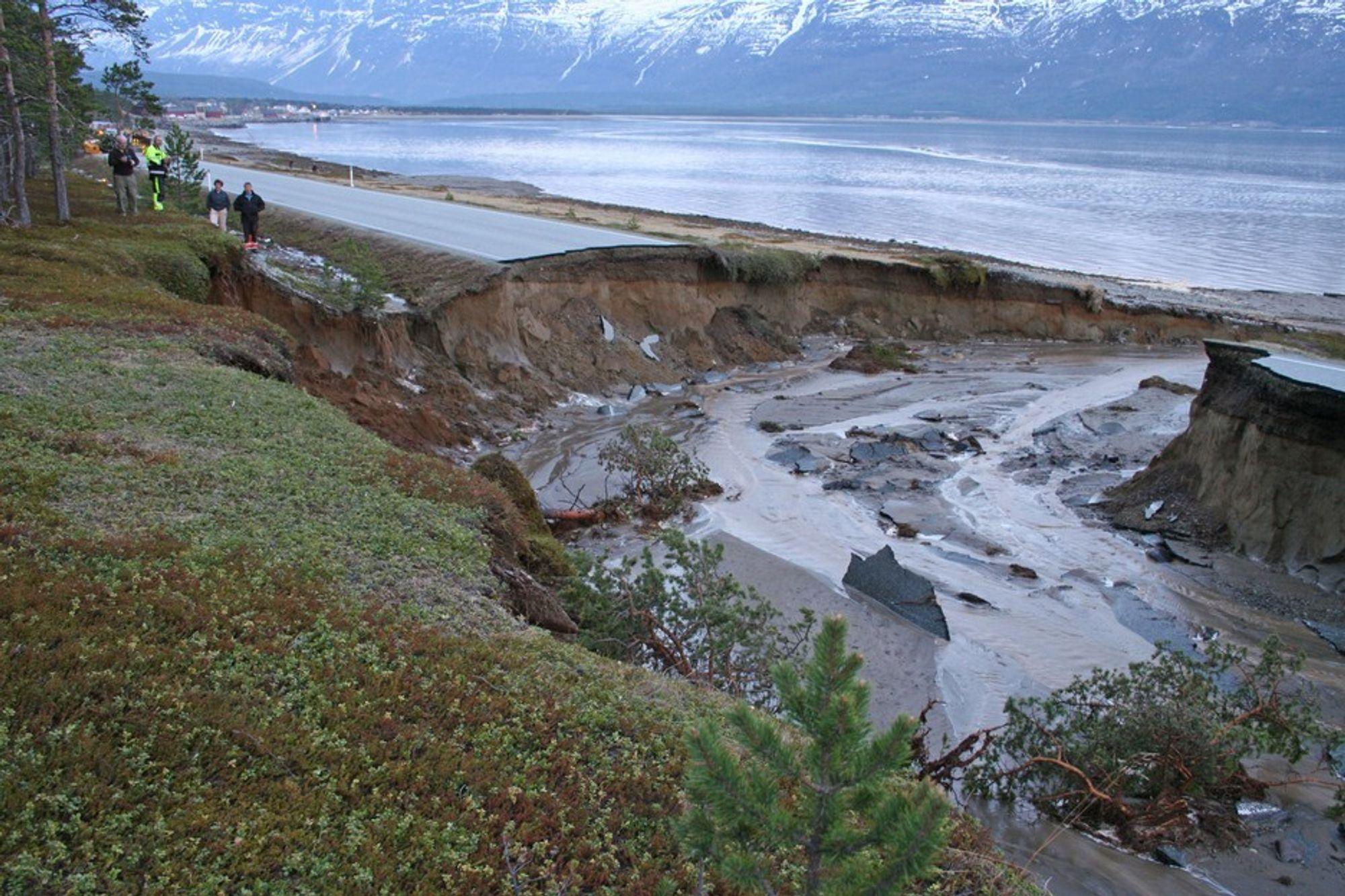 DELTE NORGE I TO: Flommen tok tirsdag et jafs av E6 Nord for Skibotn i Troms. Klimaendringene krever mer robuste veier, mener Statens vegvesen.