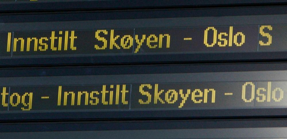 PROBLEMER: Folk som skulle til Oslo ble anbefalt å finne annen transport mandag morgen. Tre kjøreledninger falt ned, og det skapte store problemer for togtrafikken innover til hovedstaden.