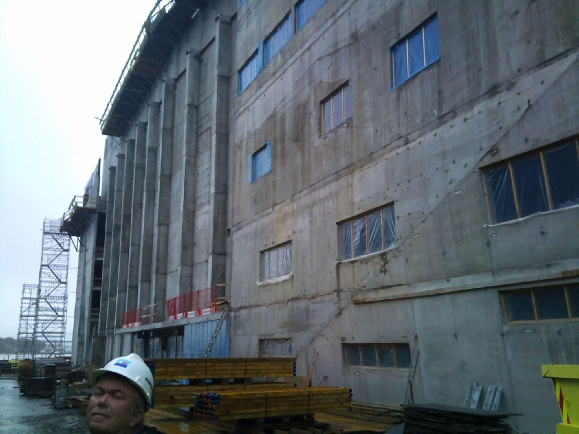 SNART RØDT: Råbygget til det nye konserthuset i Stavanger begynner å ta form. Når denne veggen er ferdig blir den knall rød, delvis kledd med plater i glassbetong.