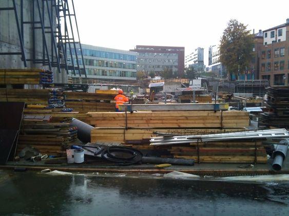 HEKTISK: Byggeplassen fremstår i dag med hektisk aktivitet og bærer som alle byggeplasser preg av et visst kaos.
