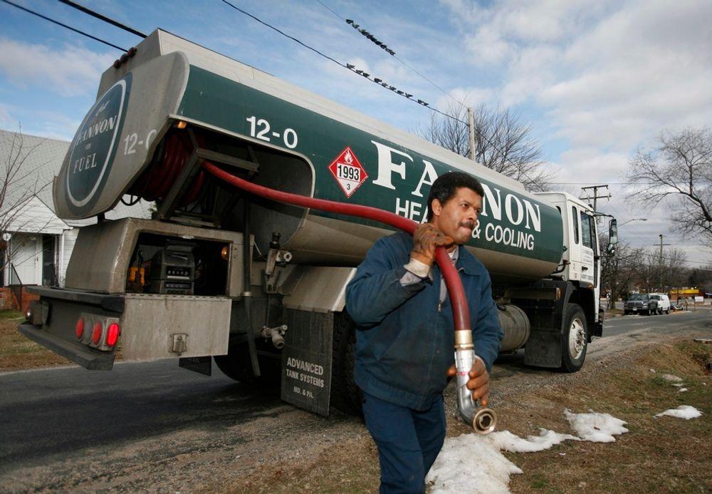 MER OLJE: Levering av fyringsolje til et hus i Alexandria i den amerikanske delstaten Virginia. Etterspørselen etter olje er ventet å øke.