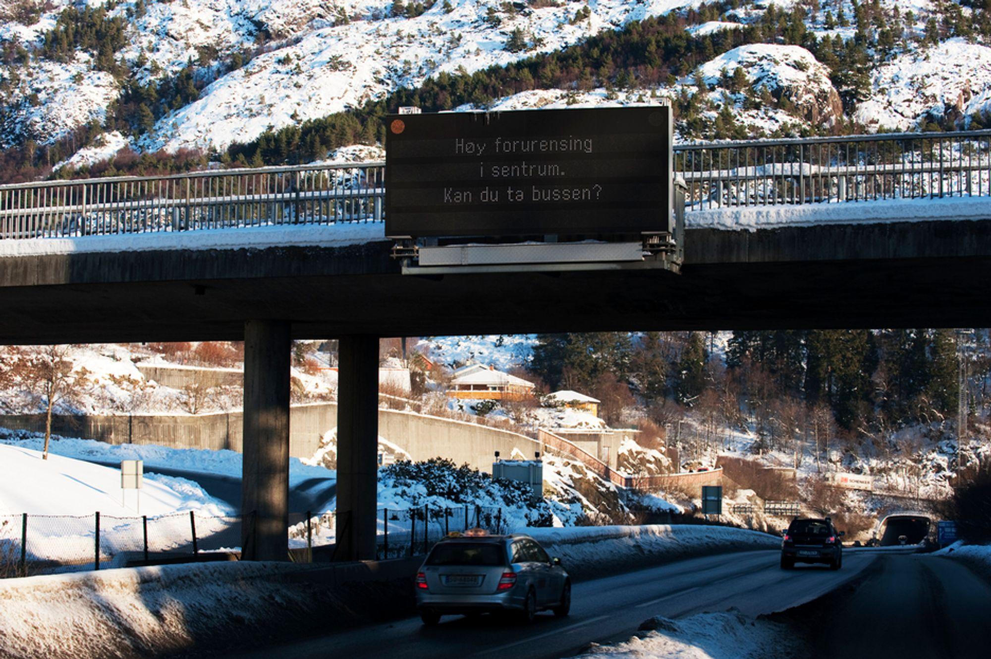 Slik så det ut ved innfartsårene til Bergen tidligere i jaunar. Men etter en uke med elendig luftklima hadde halvparten av bilistene ikke noe valg, da måtte de la bilen stå.