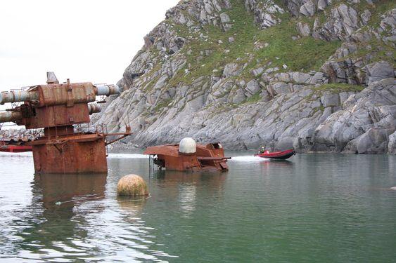 Krysseren Murmansk utenfor Sørøya i Finnmark skal demonteres i en tørrdokk. AF Decom har kontrakt på jobben og etablerer tørrdokk og demonterer skiept for gjenvinning 2009-2012.