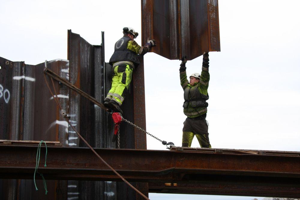 TUNGT: De ansatte i AF Decom må håndtere mye stål når de skal demontere Murmansk for gjenvinning i en værutsatt tørrdokk ved Sørvær.