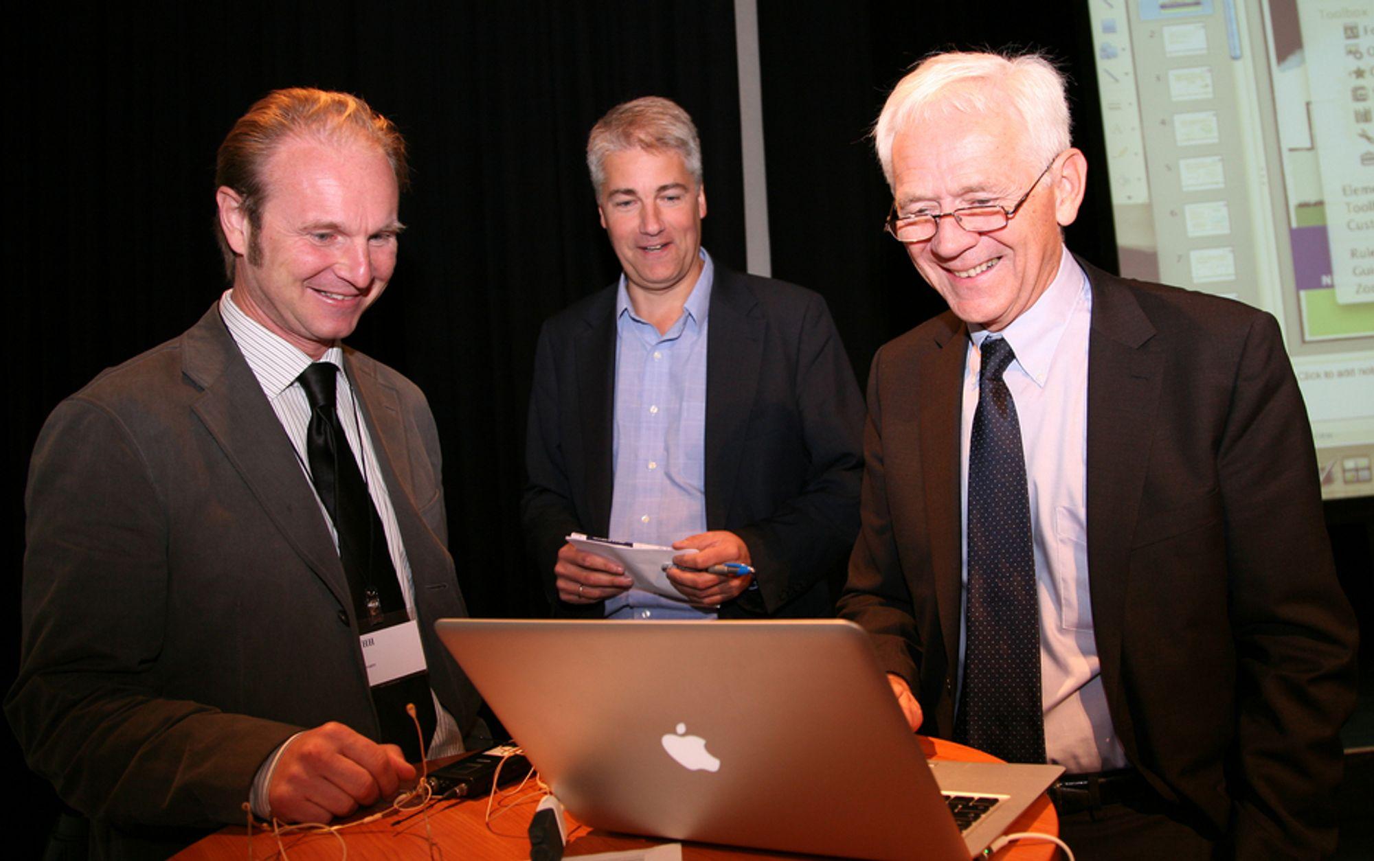 NYTT: NHH-professor Kjetil Bjorvatn (til venstre) og DnBNORs sjeføkonom Øystein Dørum presenterte tall for Kinas påvirkning. Konferansier var NHH-professor og tidligere statsråd Victor Normann (til høyre).