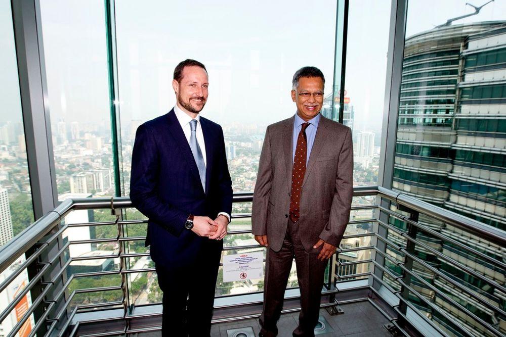 MØTE: Kronprins Haakon (t.v.) sammen med toppsjefen i oljeselskapet for Petronas, Datuk Shamsul Azhar Abbas, i Kuala Lumpur tirsdag.