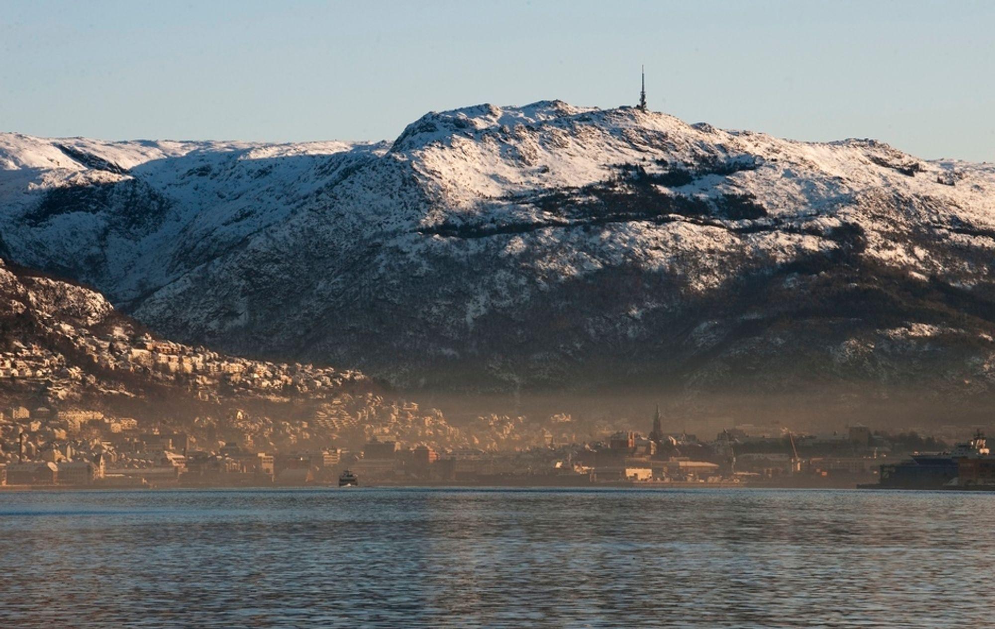 Bergen, her sett fra Askøy, er sterkt forurenset etter det langvarige kalde været.