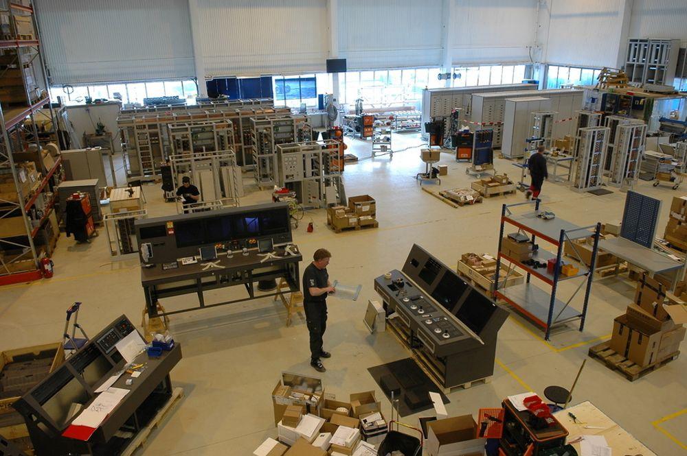 UT MED STÅL: Inn med elektro. Den gamle platehallen er blitt gjort om til montasje- og testhall for skipselektroutstyret ved Ulstein Verft.