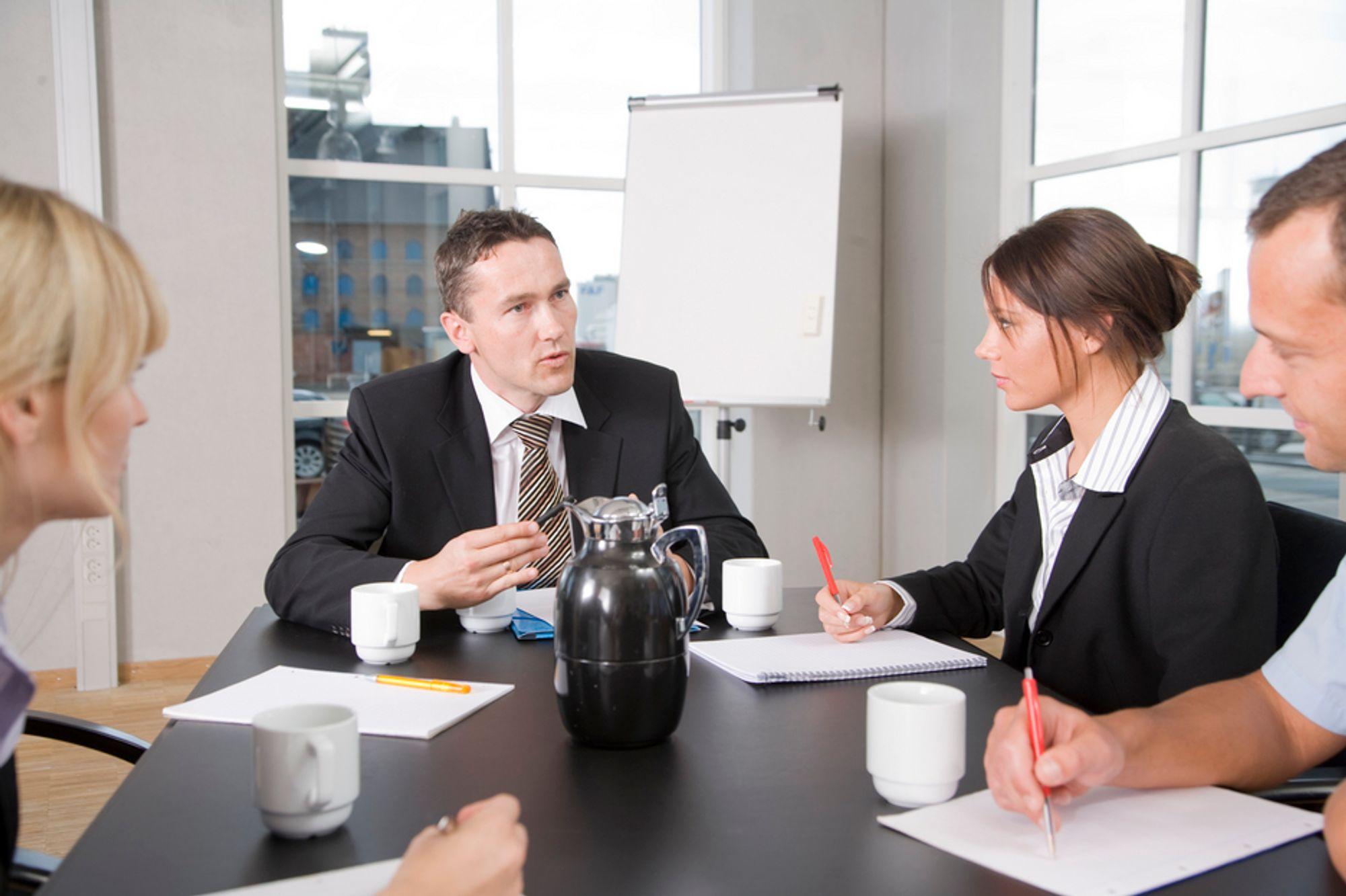 En mannlig leder kan ha oppturer og nedturer uten at det blir lagt merke til, mens kvinnelige ledere må prestere hele tiden, mener Elin Ørjasæter.