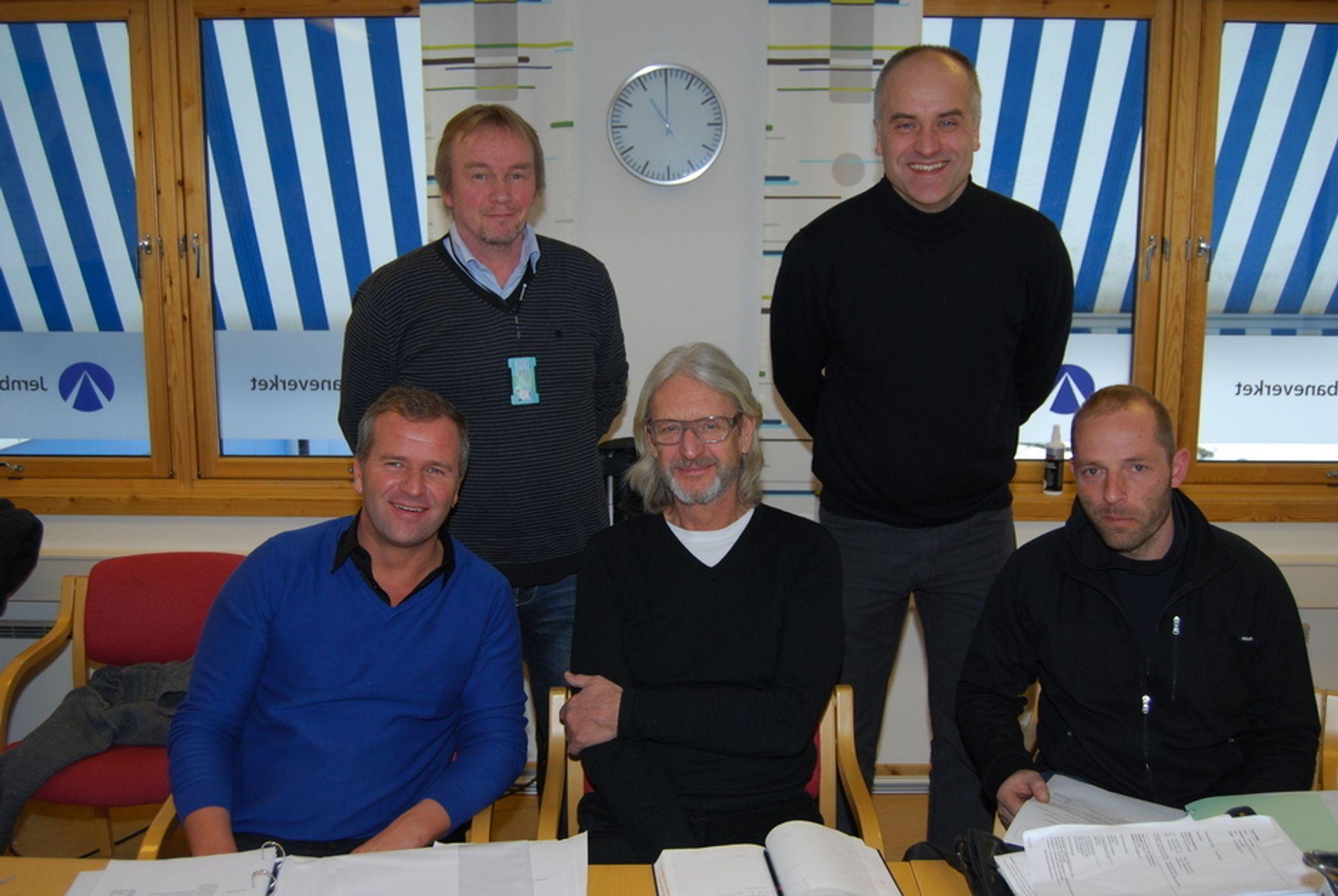 UNDERTEGNET: Roger Willke (underentreprenør) og Thomas Dittmann fra Wiebe (foran f.v.) sammen med Christian Gsella (tolk) . Bak står (f.v.) prosjektleder Christoffer Østvik og prosjekteringsleder Bjørn Strandholmen.
