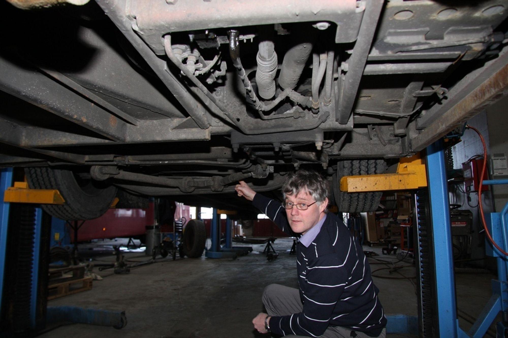 STORE REPARASJONER: Teknisk sjef i Norgesbuss, William Theisen, er fortvilet over skadene bussene får på hjuloppheng, understell og akslinger. - Veiene er så dårlige at bussene rister i filler, sier han.