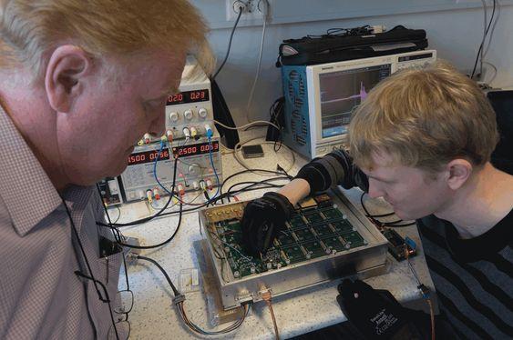 Senioringeniør Arne Solberg (til venstre) og Yngve Skogseide, PhD-student i romfysikk ved Universitetet i Bergen.