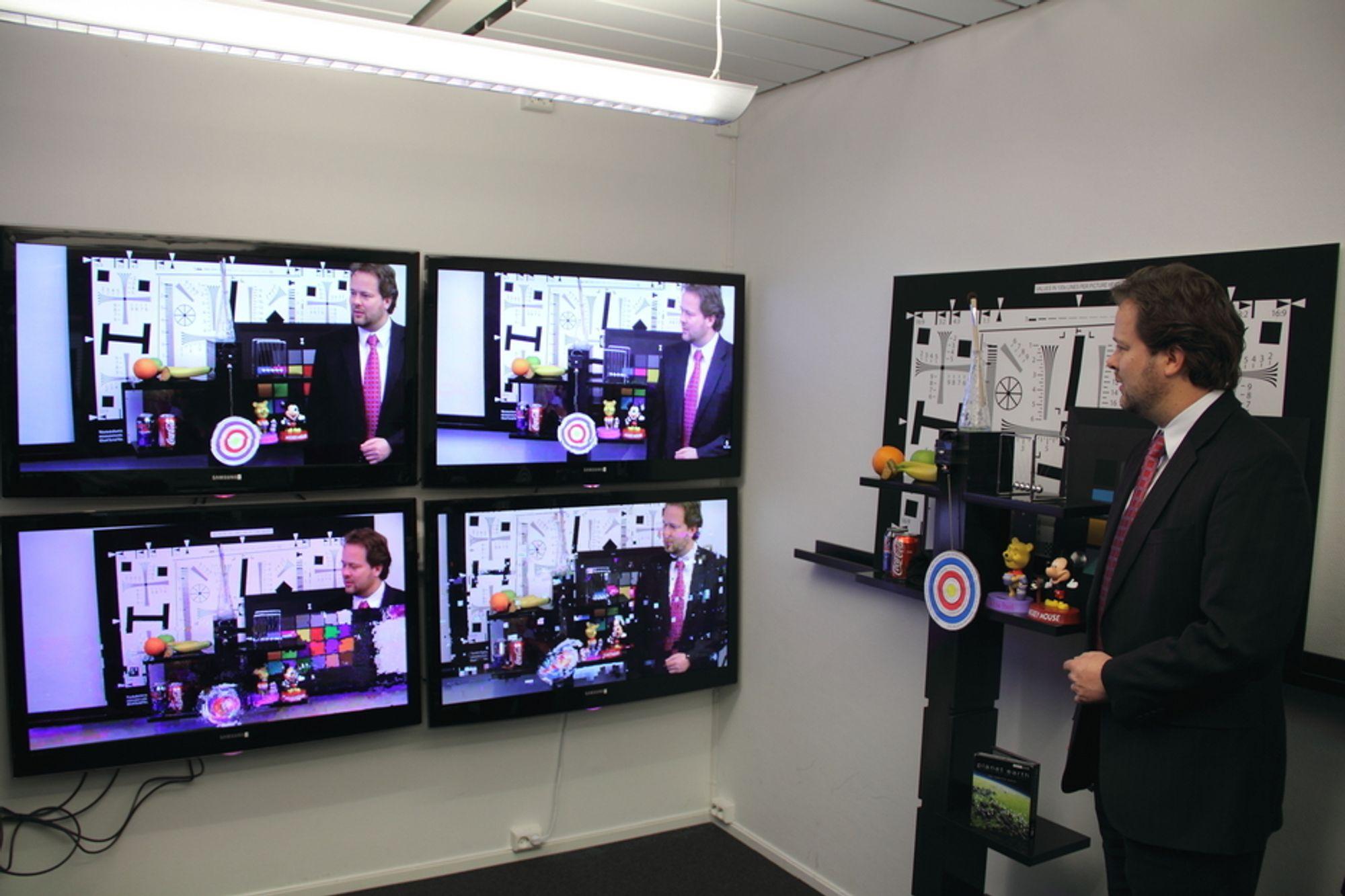 BEDRE BILDER:Bildet nederst til venstre viser feil i videostrømmen ved pakketap opp til 15 prosent - noe dagens programvare ikke  takler. Pakketapet er lite merkbart på den nye programvareversjonen (øverst til høyre) og nesten ikke merkbart i den versjonen som kommer om et par måneder (øverst til venstre). Snorre Kjesbu demonstrerer.