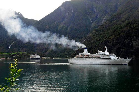 NATURPERLE? Store mengder skipseksos forstyrrere både det visuelle inntrykket av vakre norske fjorder og fjell samt forurenser lufta unødig. Bildet er fra Flåm og inspirerte Eidesvik til å utvikle el-skip.