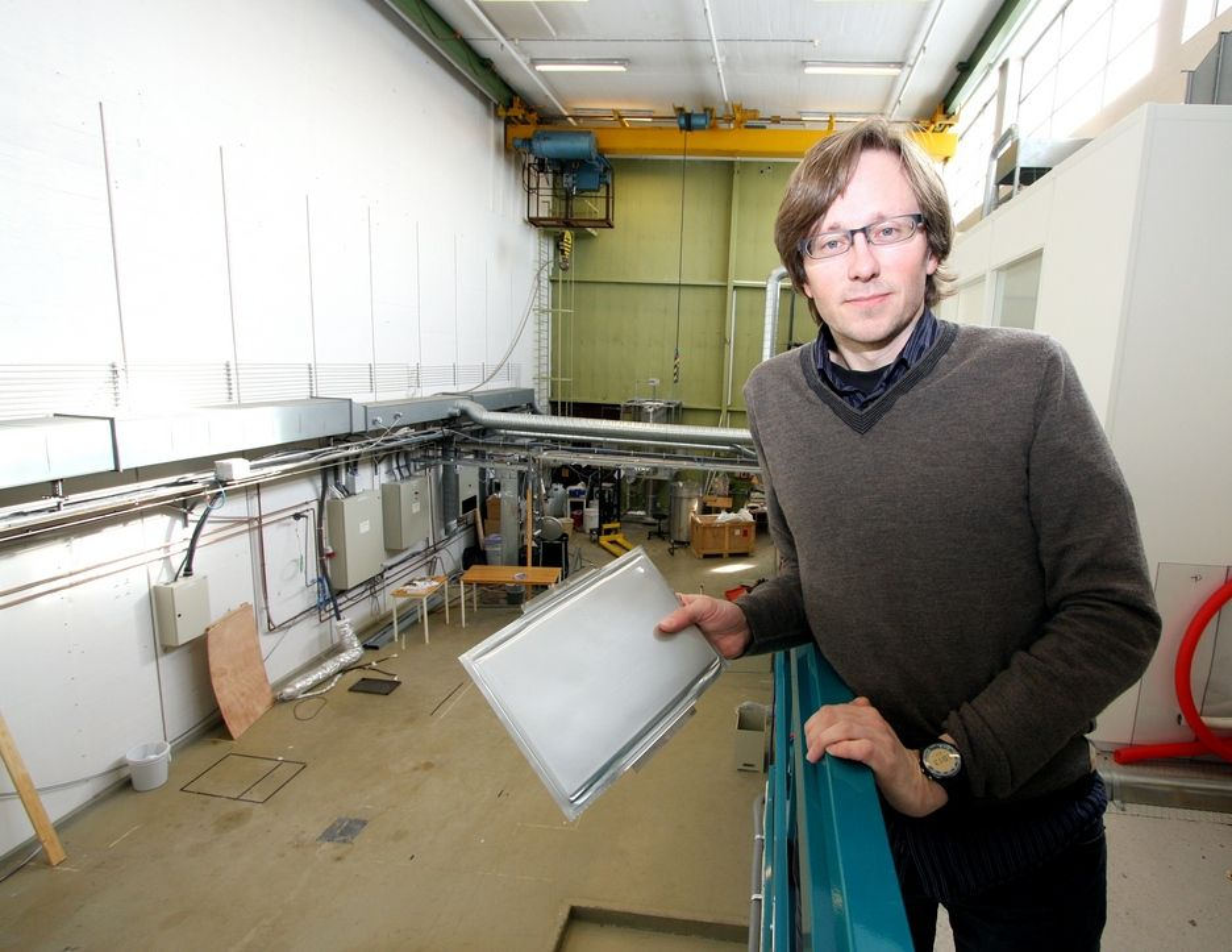 NY LAB: IFEs gamle sollaboratorium bygges nå om. Her skal seniorforsker Preben Vie og hans kolleger teste og finne levetiden til battericeller fra EnerDel, som han holder i hånda, og andre litiumionebatterier.