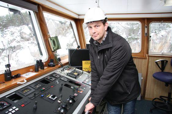 Clement Stautland, prosjektleder for ombygging av M/F Fosen ved Wärtsilä Service, Rubbestadneset, Bømlo. Nytt konsoll  med joystick skal monteres på fergen fra 1989.