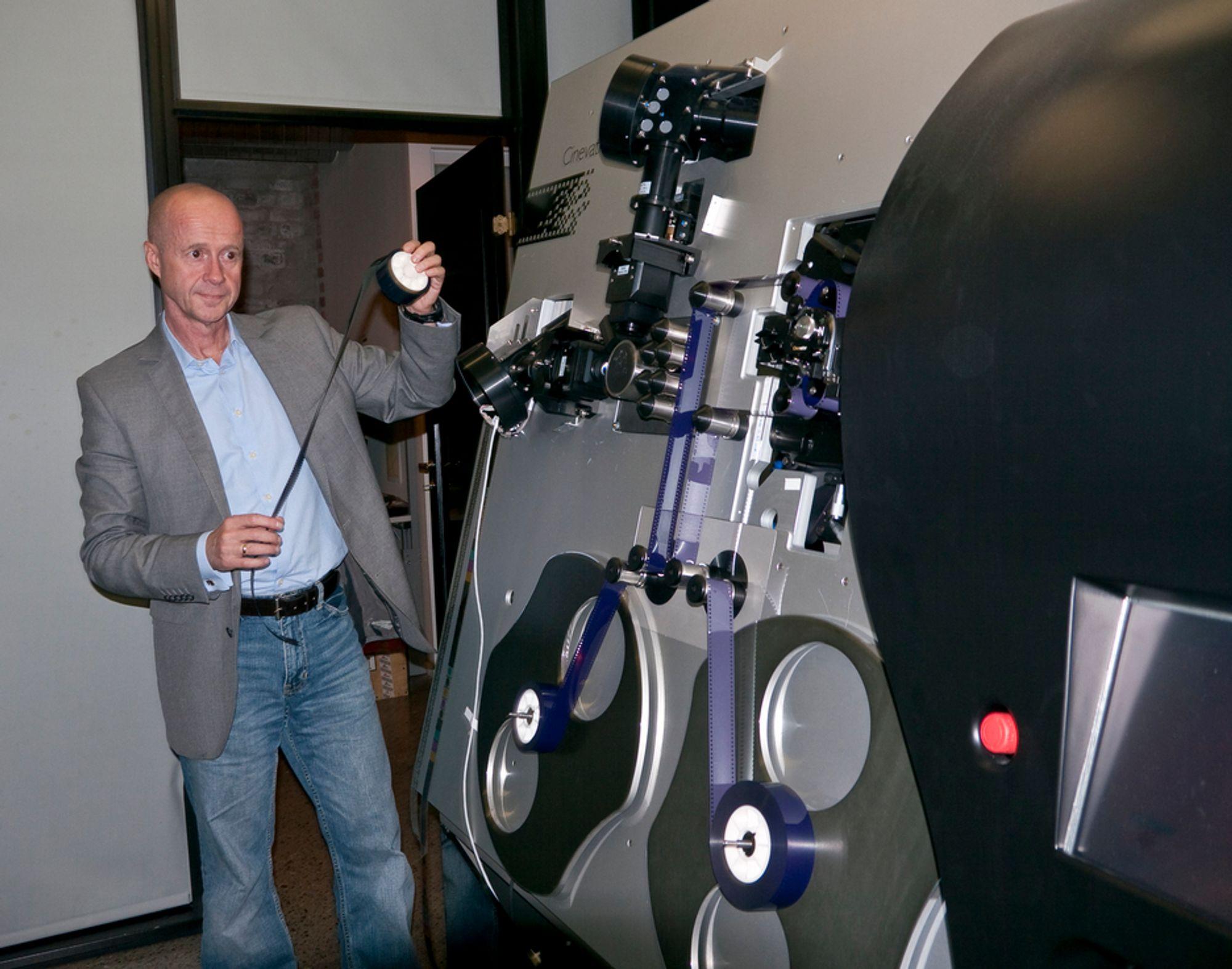 ANALOGT: Administrerende direktør Bjørn Sæterøy i Cinevation ved maskinen de har konstruert for å lage analog film av digitale filer.