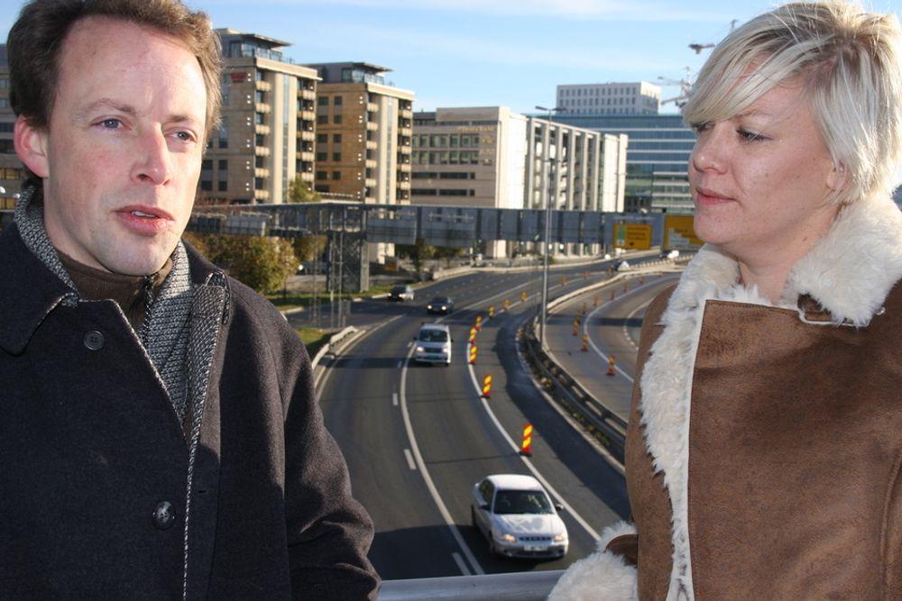 FORSIKRER: Prosjektlederne Christian Aamodt og Karianne Ormseth hos Ciber Norge forsikrer at identifiserbare opplysninger fra Autopass-brikkene ikke blir brukt i Reisetids-løsningen som kommer i gang i neste måned.