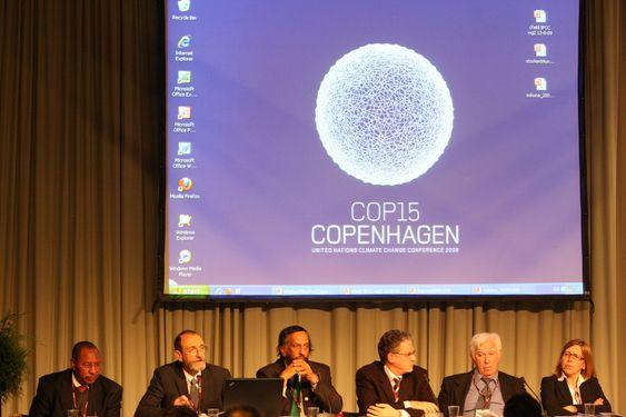 FNs klimapanel har pressekonferanse under København-toppmøtet. Rajendra Pachauri (nr. 3 fra høyre)
