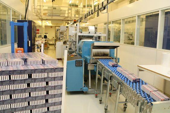 HØY KAPASITET: Produksjonsbåndene står på rekke og rad i Lier.