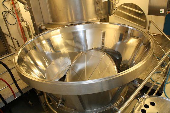 STOREBROR: Hovedgranuleringstårnet med kapasitet på 1000 kilos batcher, blant de høyeste i Europa. Et tredje granuleringsanlegg tar 200-kilosbatcher. Oppskalering regnes som en av Inpac-fabrikkens styrker.