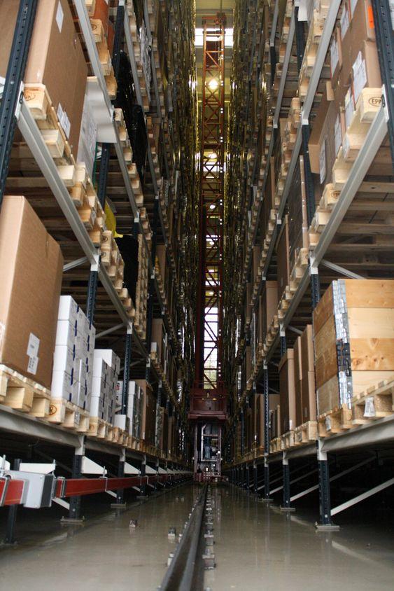 HELAUTOMATISK: To store, helautomatiske lagre betjener henholdsvis råvarer og ferdige produkter på hver sin side av fabrikken.