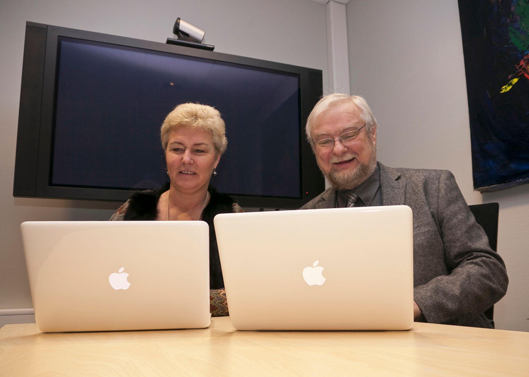 BYTTER:Daglig leder og markedsansvarlig, Hilde Dramdal og rektor Per Storheim ved Akademiet Privatist Drammen er godt fornøyd med byttet til Mac