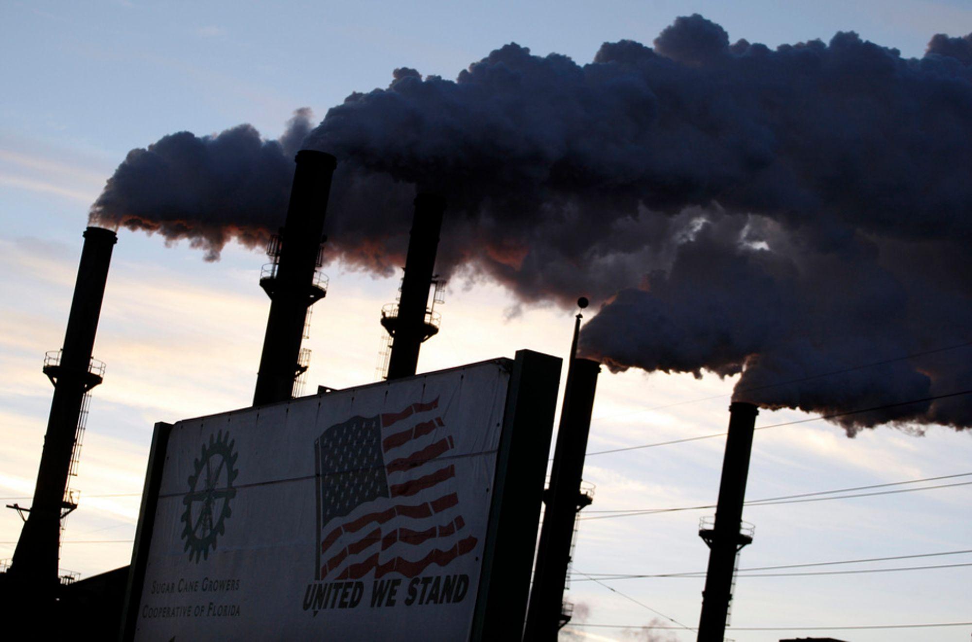 NY FOKUS: Amerikanerne er mer opptatt av å sikre amerikanske arbeidsplasser enn av miljøvennlig industri, mener kommunikasjonsrådgiveren Frank Luntz. Bildet er fra en sukkerfabrikk i Florida.