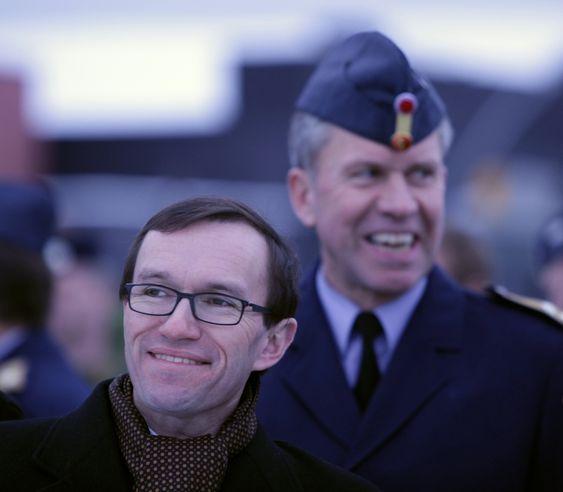 FEIRING: Espen Barth Eide, statssekretær i Forsvarsdepartementet, og Stein Erik Nodeland, generalinspektør for Luftforsvaret, under 30-årsmarkeringen for de norske F-16-flyene.