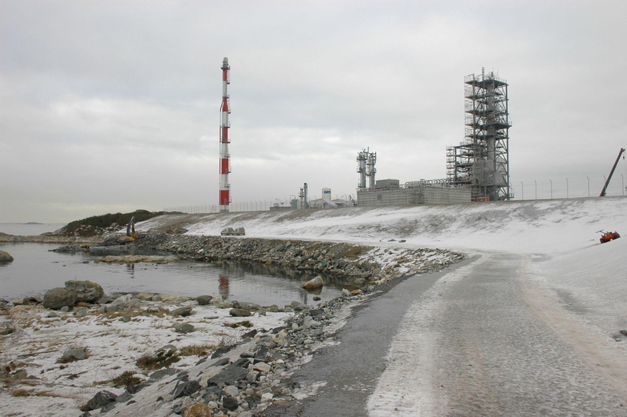 GJENBRUK: Den kunstige vollen som er bygget opp mot sjøen er laget av massene som var under Shell-raffinerinet. Det lages en turvei som går forbi LNG-fabrikken.