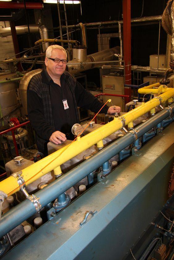 Forskningsdirektør Per Magne Einang ved Marintek ved en kinesiskbygget LNG-motor, bygget etter marinteks spesifikasjoner