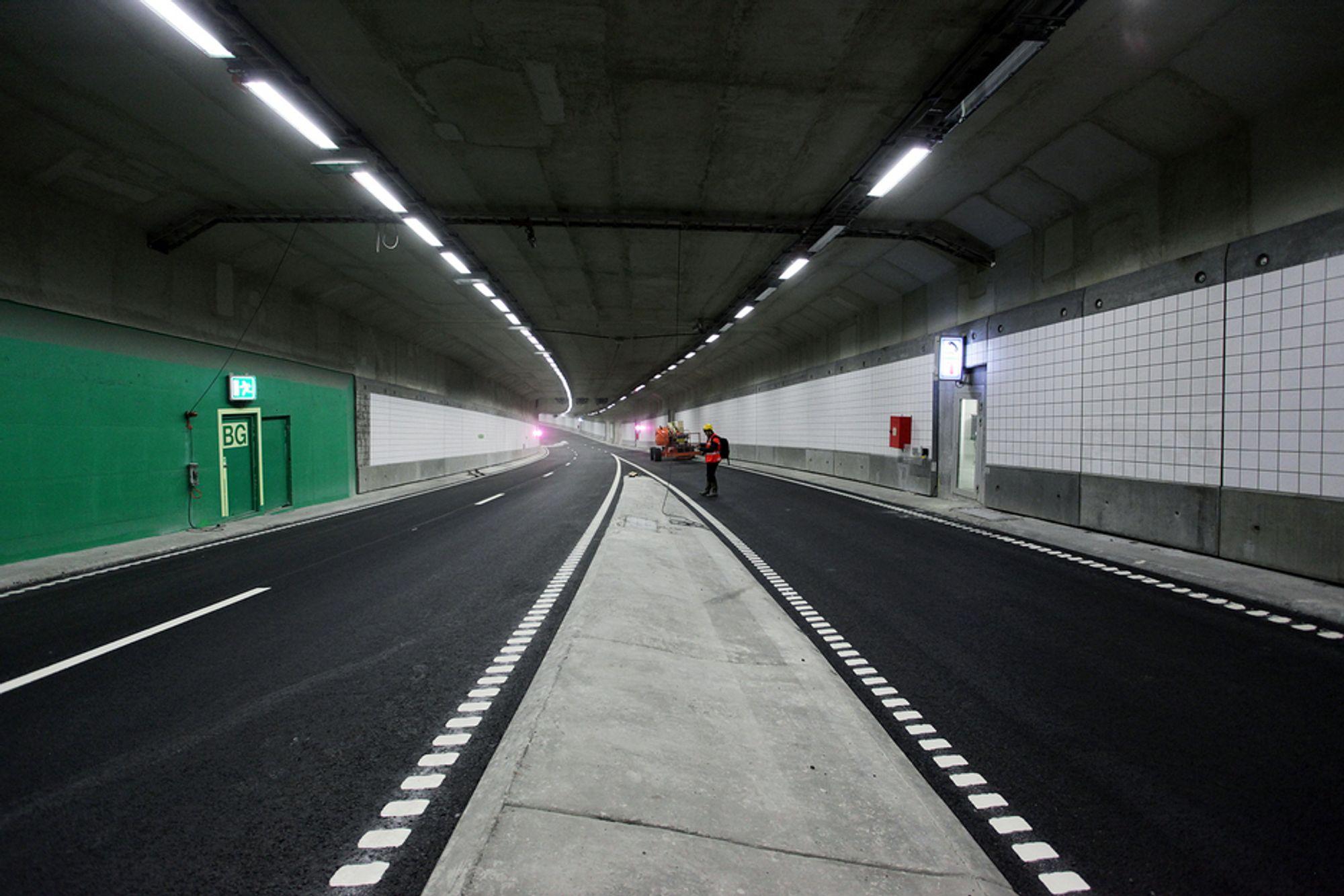 ÅPNET: Vestgående løp står fortsatt uten trafikk, men østgående løp i Bjørvikatunnelen ble åpnet for trafikk rett før kl. 7 mandag 26. april.