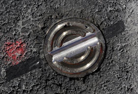REFLEKTOR: I asfalten er det lagt inn reflektorer som sender laserlyset opp igjen.