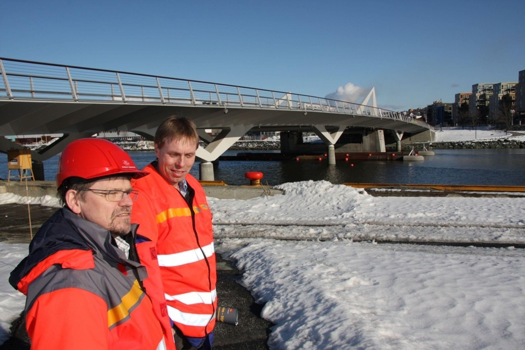 Prosjektlederne Almar Aronsen (t.v.) og Harald Inge Johnsen ved Pirbrua i Trondheim.