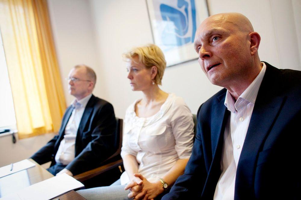Fellesforbundets Anders Skattkjær (t.v.), meklingsmann Merete Smith og administerende direktør Ketil Lyng i Byggenæringens Landsforening på en pressekonferanse hos Riksmeklingsmannen i Oslo.