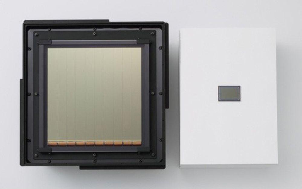 Canons nye CMOS-sensor ved siden av en tradisjonell fullformats CMOS-sensor. Den nye sensoren krever bare en hundredel av lyset dagens sensorer krever.