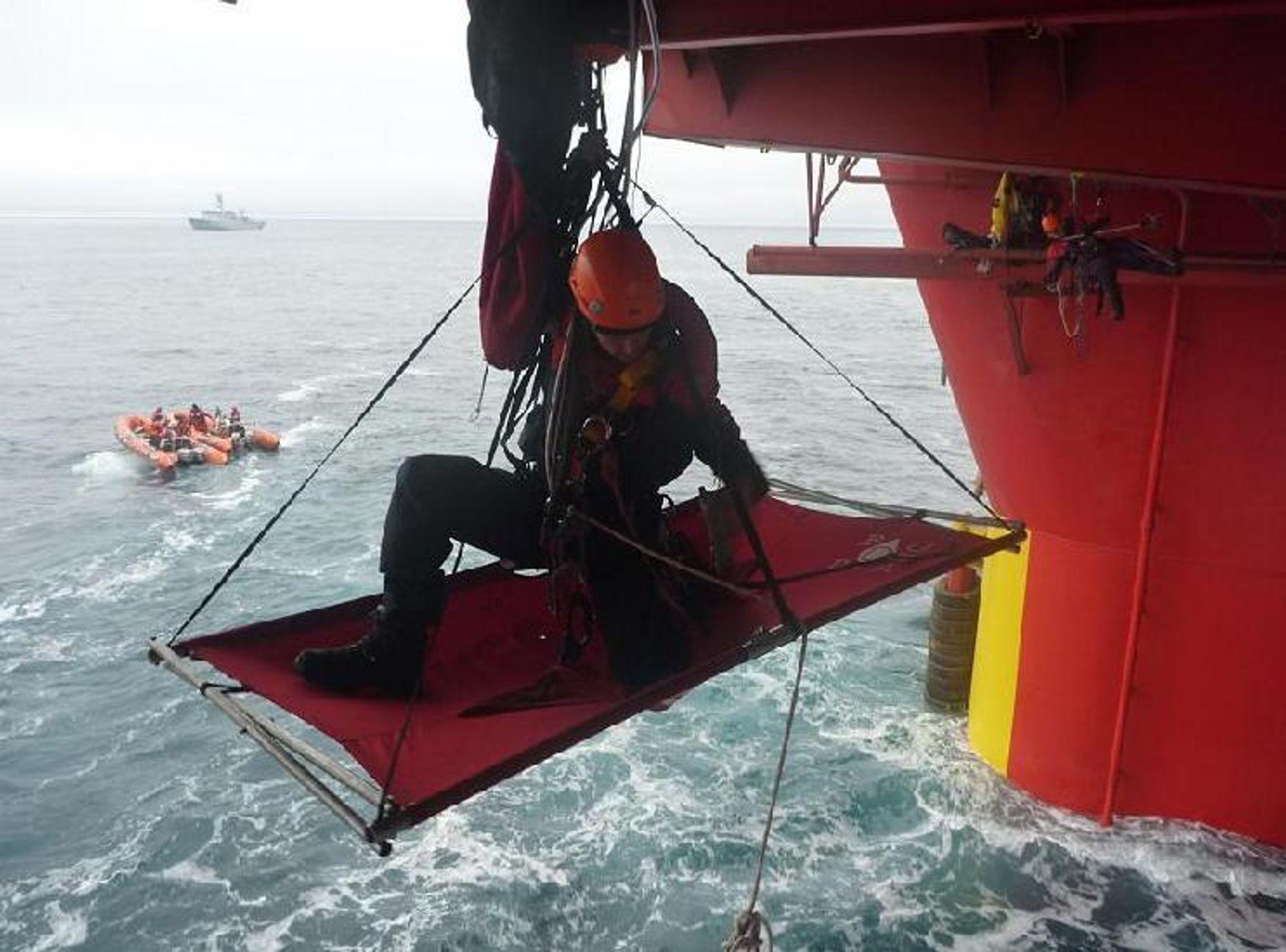 BORDER RIGGEN: Her henger Greenpeace-aktivistene på boreriggen Stena Don utenfor Grønlands kyst.