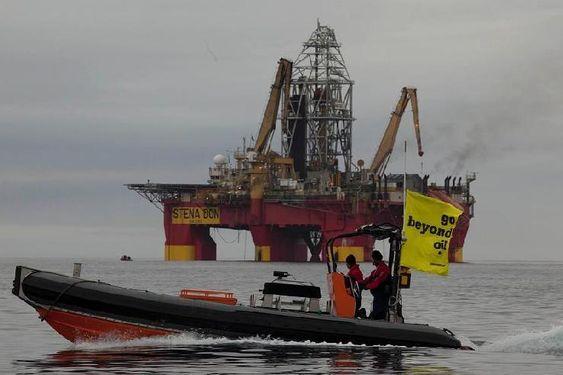 Greenpeace har bordet riggen Stena Don fra Cairn Energy med fire klatrere.