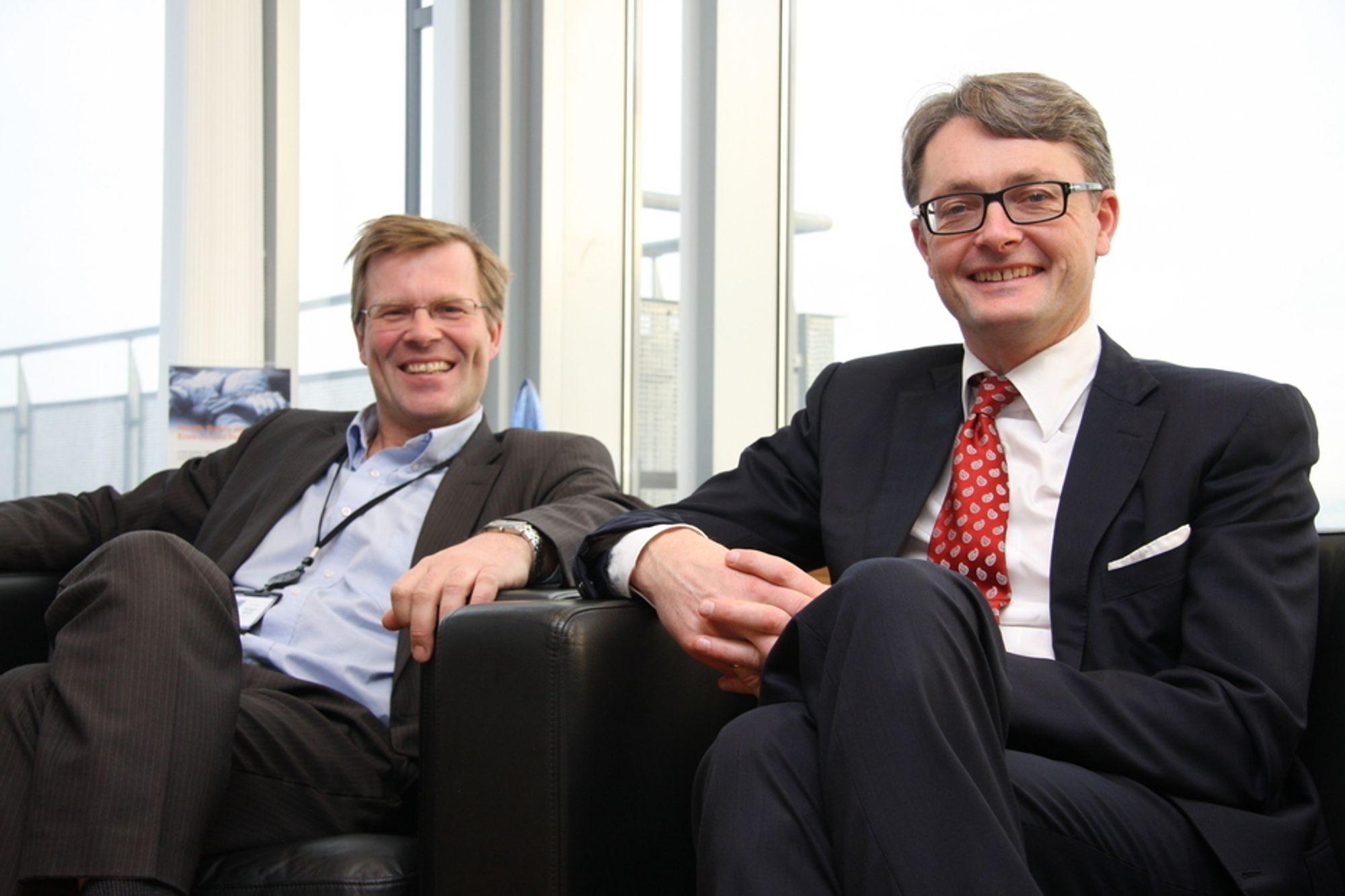 To gode nyheter på samme dag. Fra venstre:  Per Harald Kongself direktør for Energy Development & Services og konserndirektør Øyvind Eriksen i Aker Solutions.