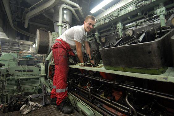 LÆREGUTT: Mads Usterud Svendsen er med som lærling. Her jobber han på en av de gamle motorene fra B&W som fortsatt skal være om bord.