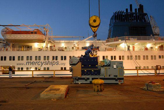 NY GENEARTOR: En av fire MAN-generatorer klargjøres før den heises om bord.