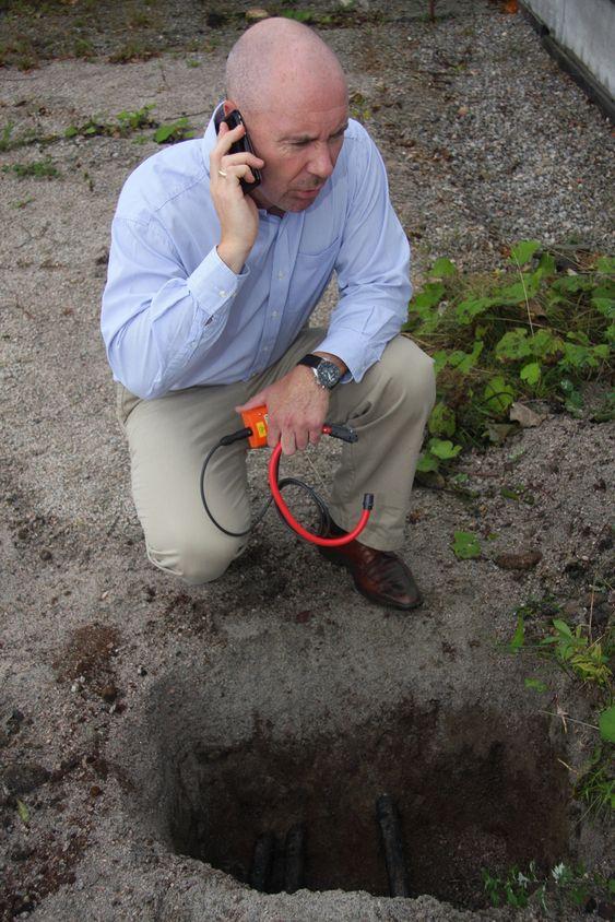 MANGE SPØRSMÅL: Leif Bjørge Pedersen, daglig leder i Seba nor as får stadig telefoner fra nettselskaper som lurer på hva de skal gjøre med en ukjent kabel.